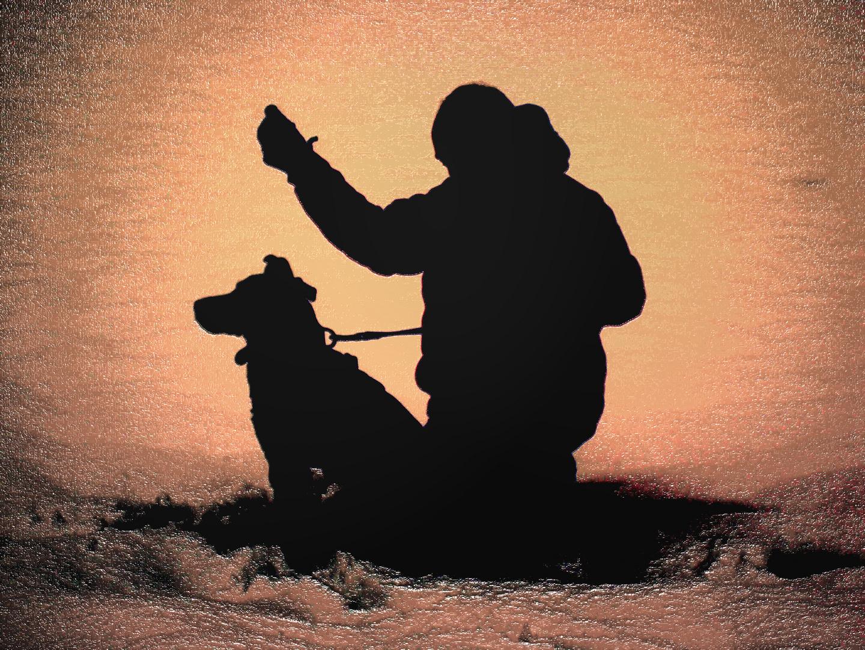 Der beste Freund des Menschen und sein Herrchen im Schnee