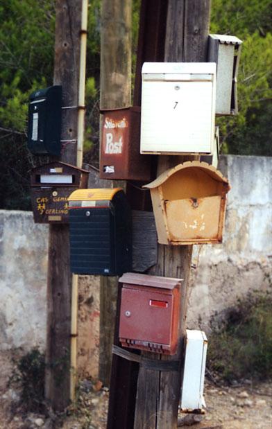 Der beste Treff zum Dorfplausch - Briefkästen in Spanien