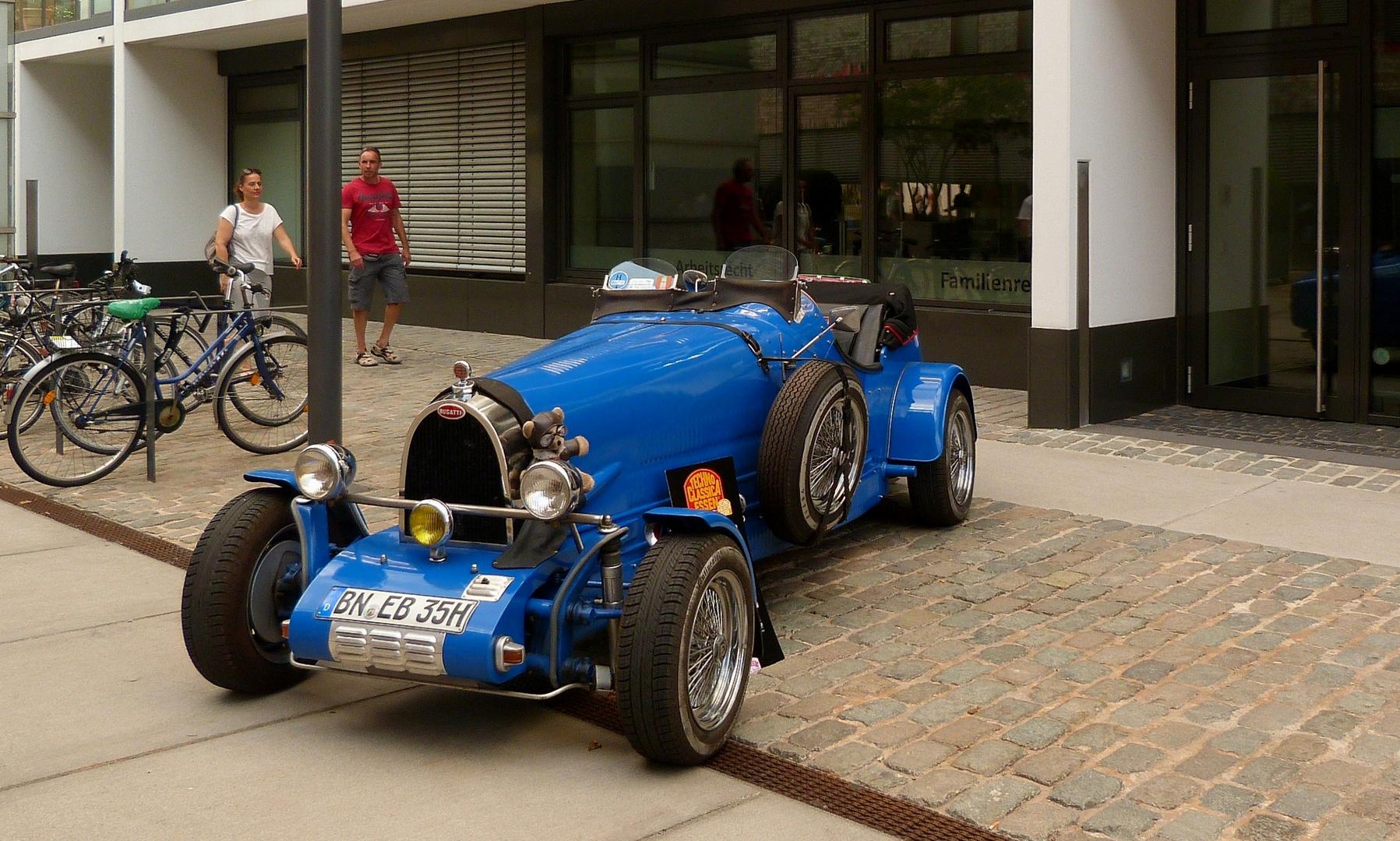 der blaue Bugatti **