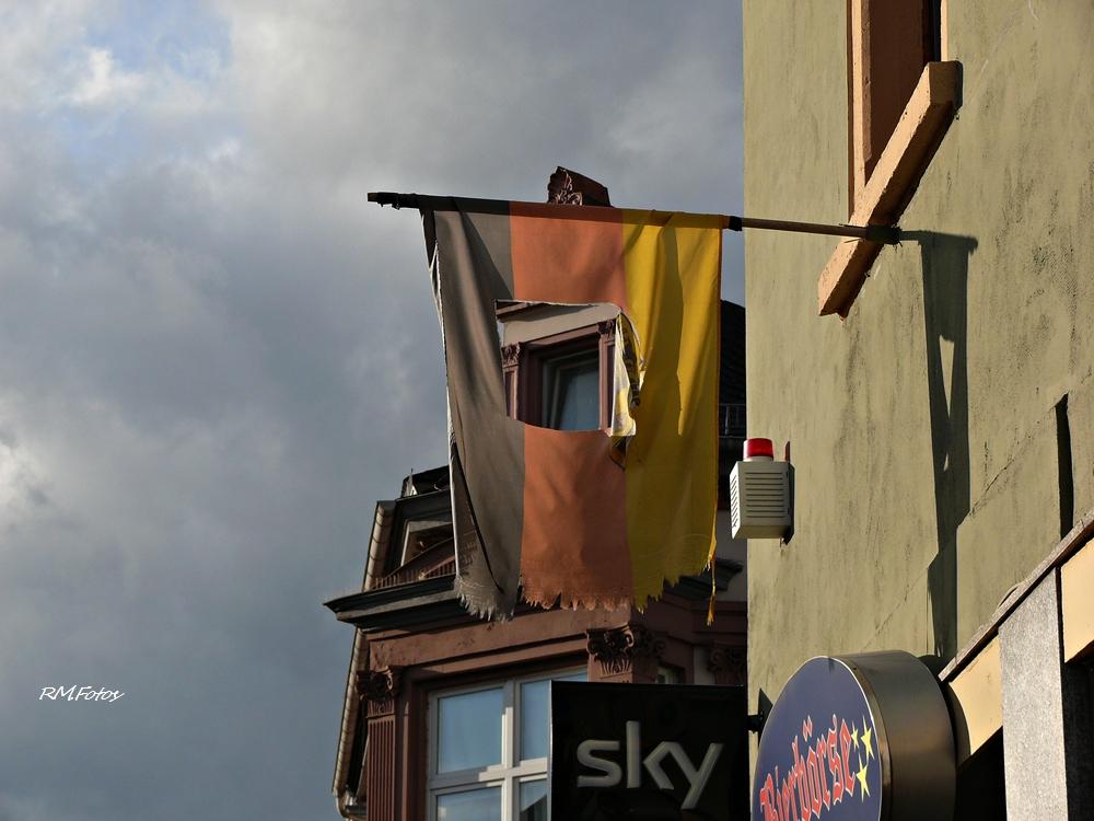der Blick durch die Fahne