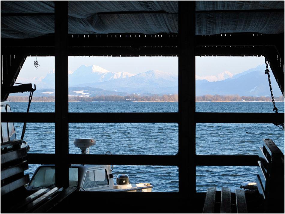 Der Blick durchs Bootshaus