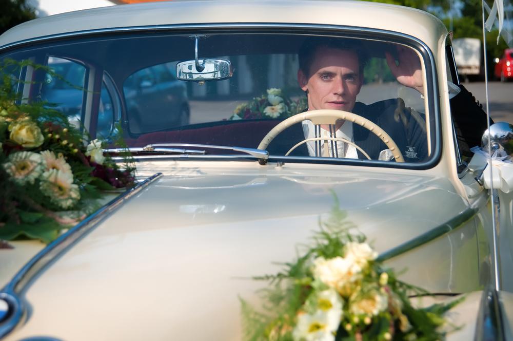Der Bräutigam im Oldtimer