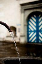 Der Brunnen und die Tür