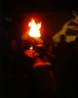 Der Dämon Schluckt die Flamme.... (FeuerschluckerI)