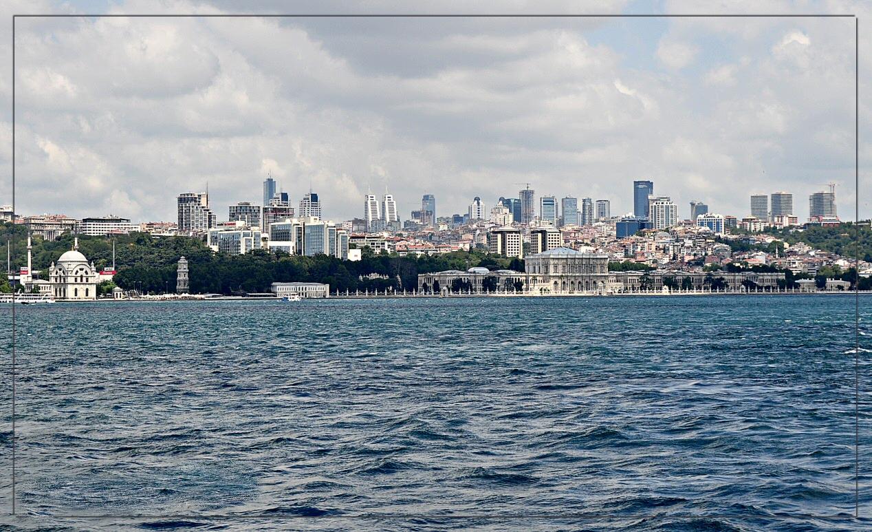 Der Dolmabahce-Palast und ein Teil der Skyline der europäischen Seite Istanbuls