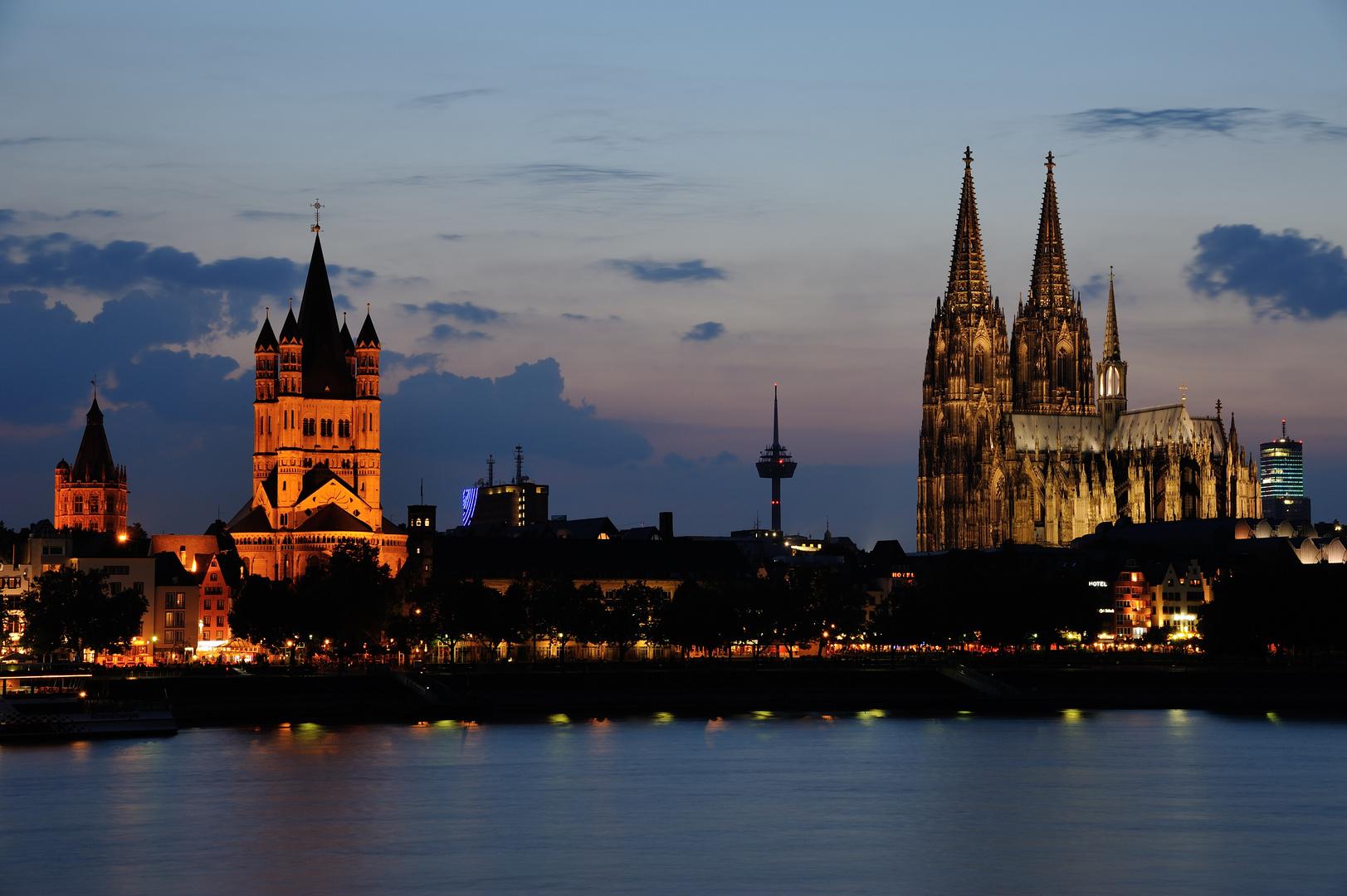der Dom und Groß St. Martin bei Nacht