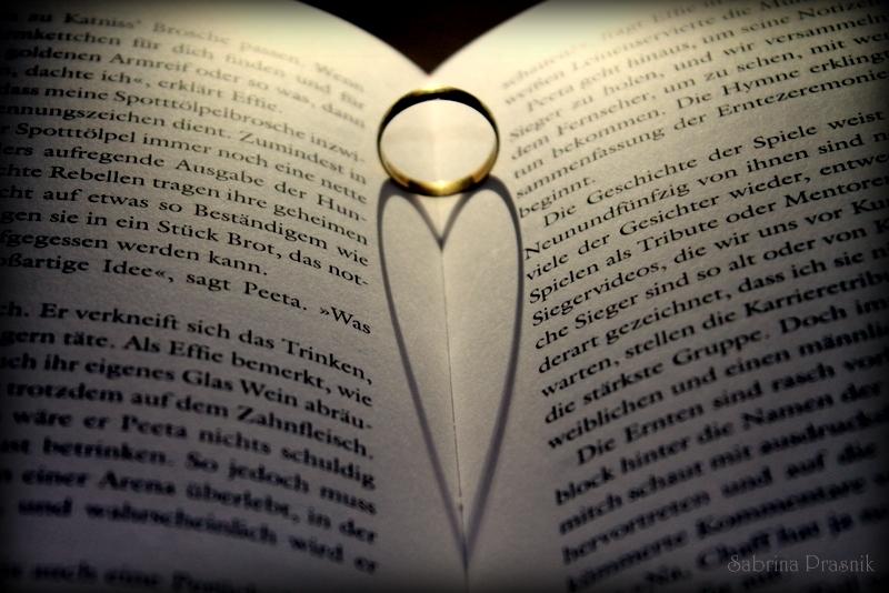 Der Ehering zeigt das Liebe in ihm steckt