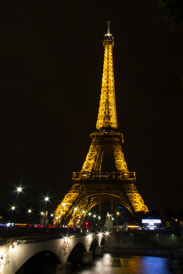 Der Eiffelturm bei Nacht 1
