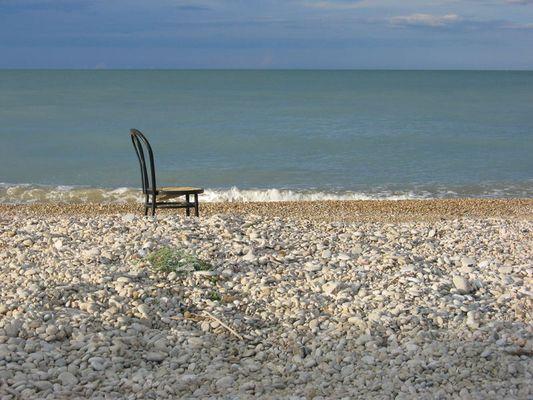 Der einsame Stuhl am Strand
