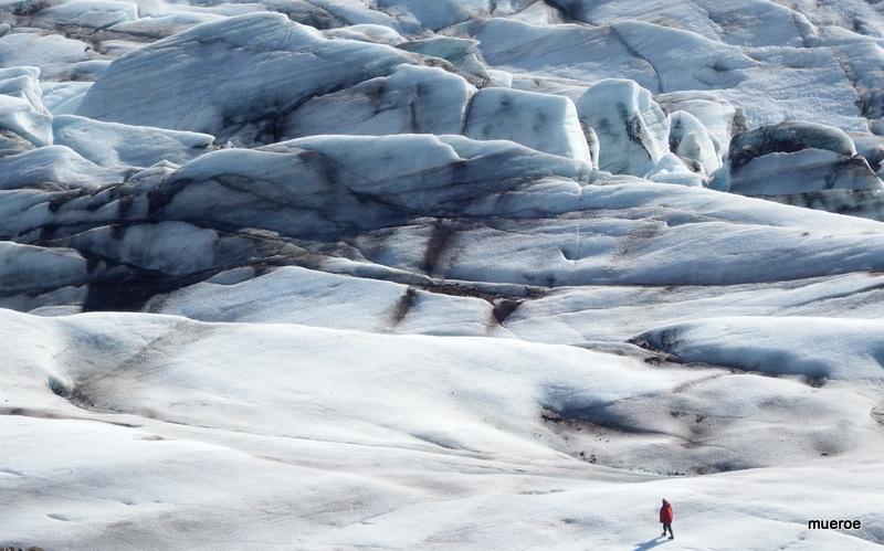 Der einsame Wanderer auf dem Vulkangletscher