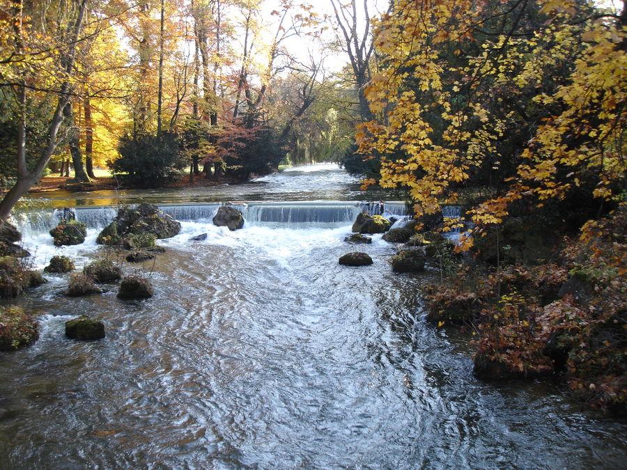 Der Eisbach im Englischen Garten (München)