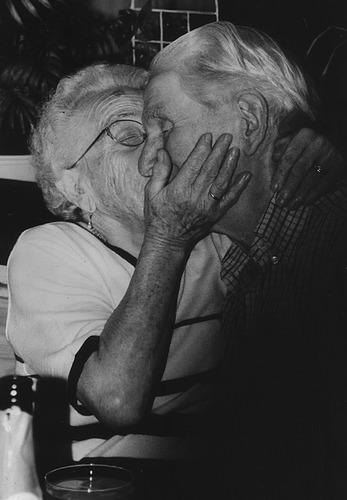 """Der """"Eiserne Polterabend""""-auch mit 90 wird noch geküsst"""