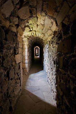 Der enge Durchgang auf der Burg Grodziec