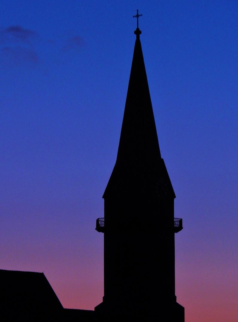 Der Erbendorfer Kirchturm in die morgentliche Himmelsfarbe getaucht
