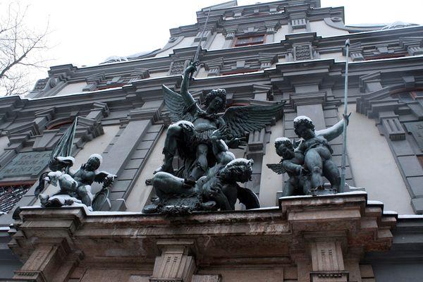 Der Erzengel Michael bezwingt den Satan