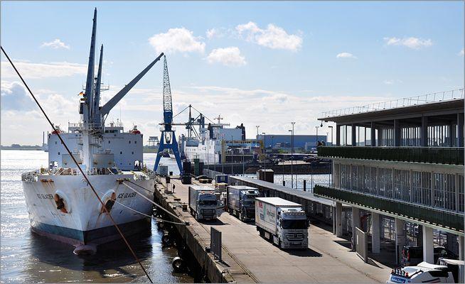 Der Factory Trawler ICE GLACIER