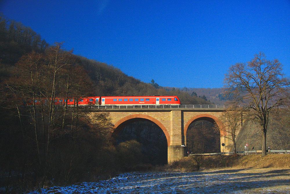 Der fast leere Zug fährt zum Frankfurter Flughafen