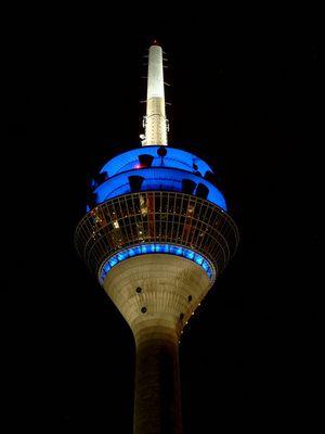 Der Fernsehturm in Düsseldorf von der Hafen-Seite aus fotografiert