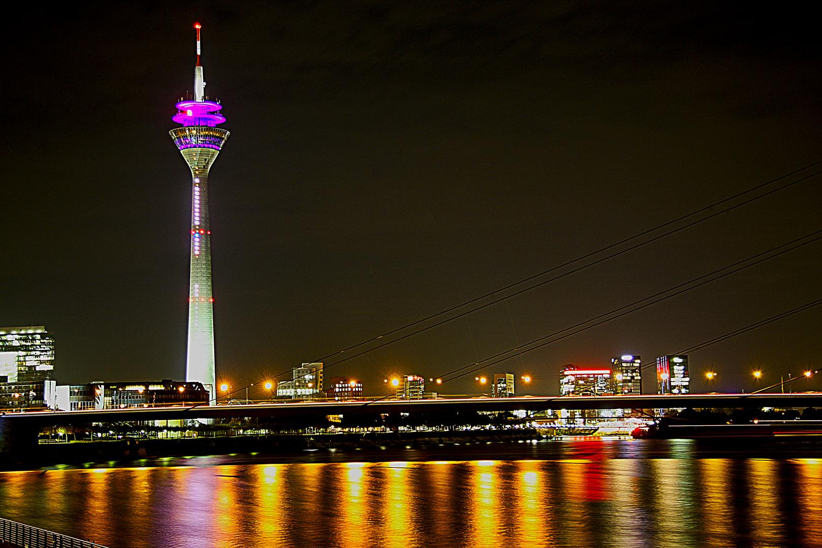 Der Fernsehturm mit Medienhafen bei Nacht