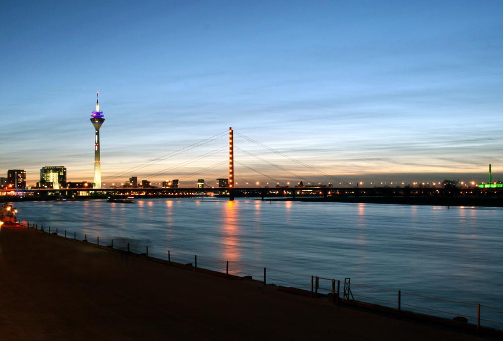 Der Fernsehturm nebst Rhein bei Sonnenuntergang als kleine Langzeitaufname