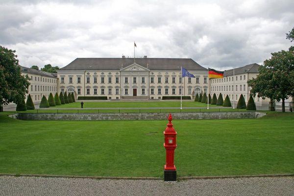 der feuerrote Feuermelder (vor Schloss Bellevue)