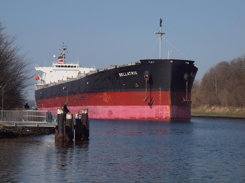 Der Frachter BELLATRIX auf dem Nord-Ostsee-Kanal