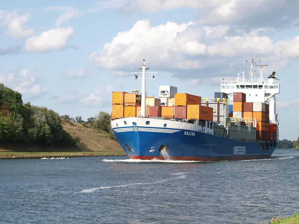 Der Frachter KALINA auf dem Nord-Ostsee-Kanal.