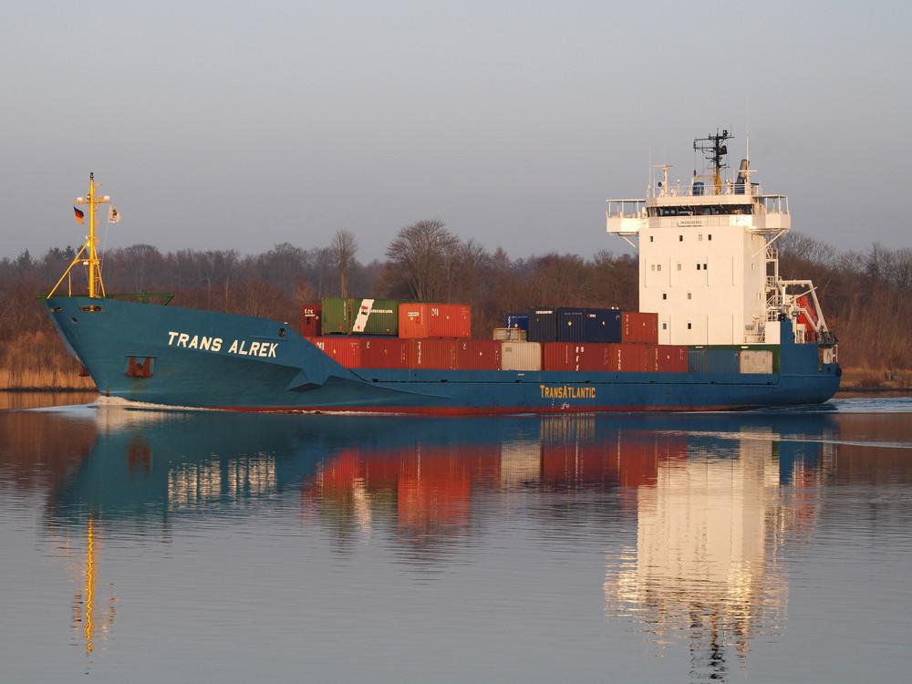 Der Frachter TRANS ALREK auf dem Nord-Ostsee-Kanal.