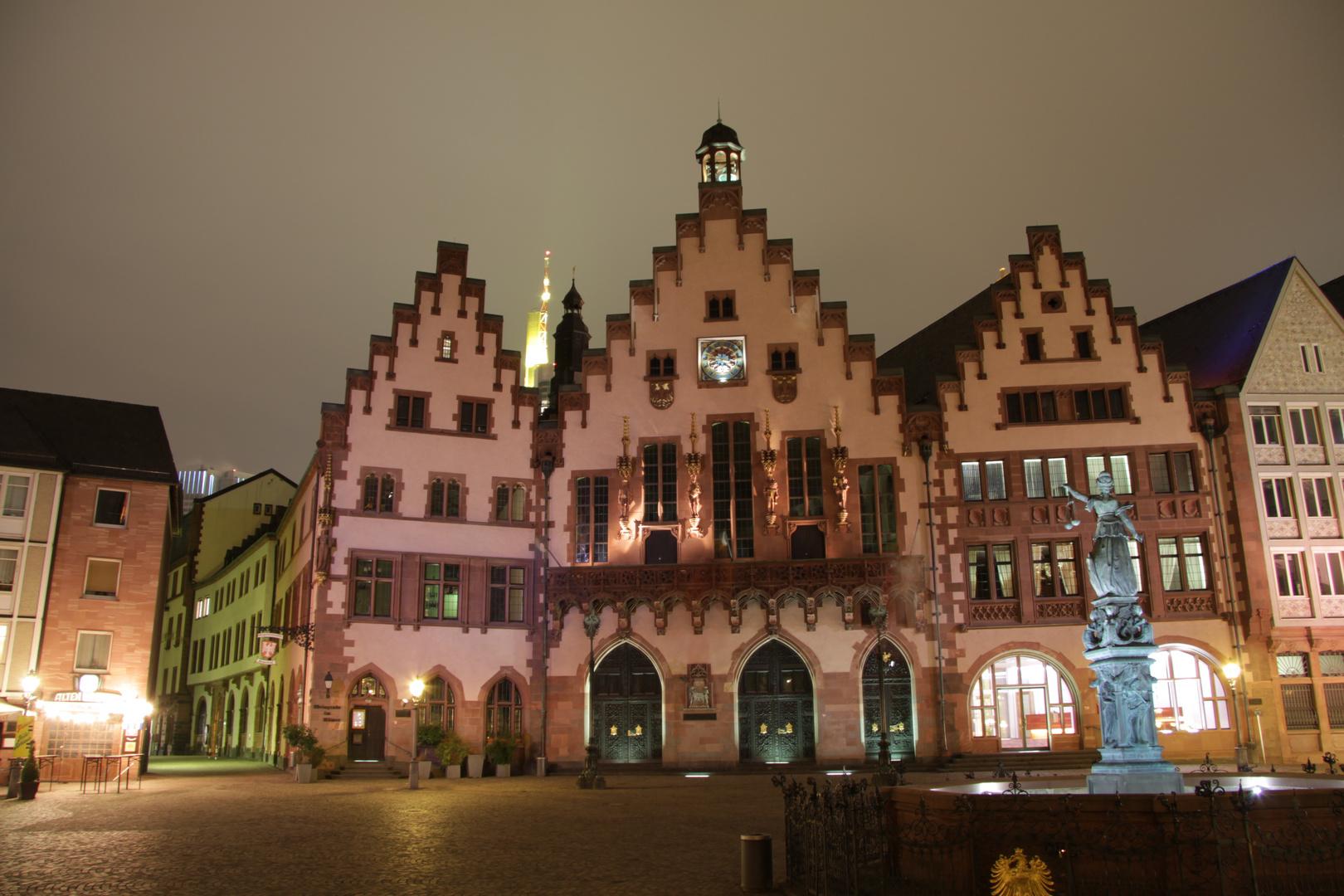 Der Frankfurter Römer bei Nacht.