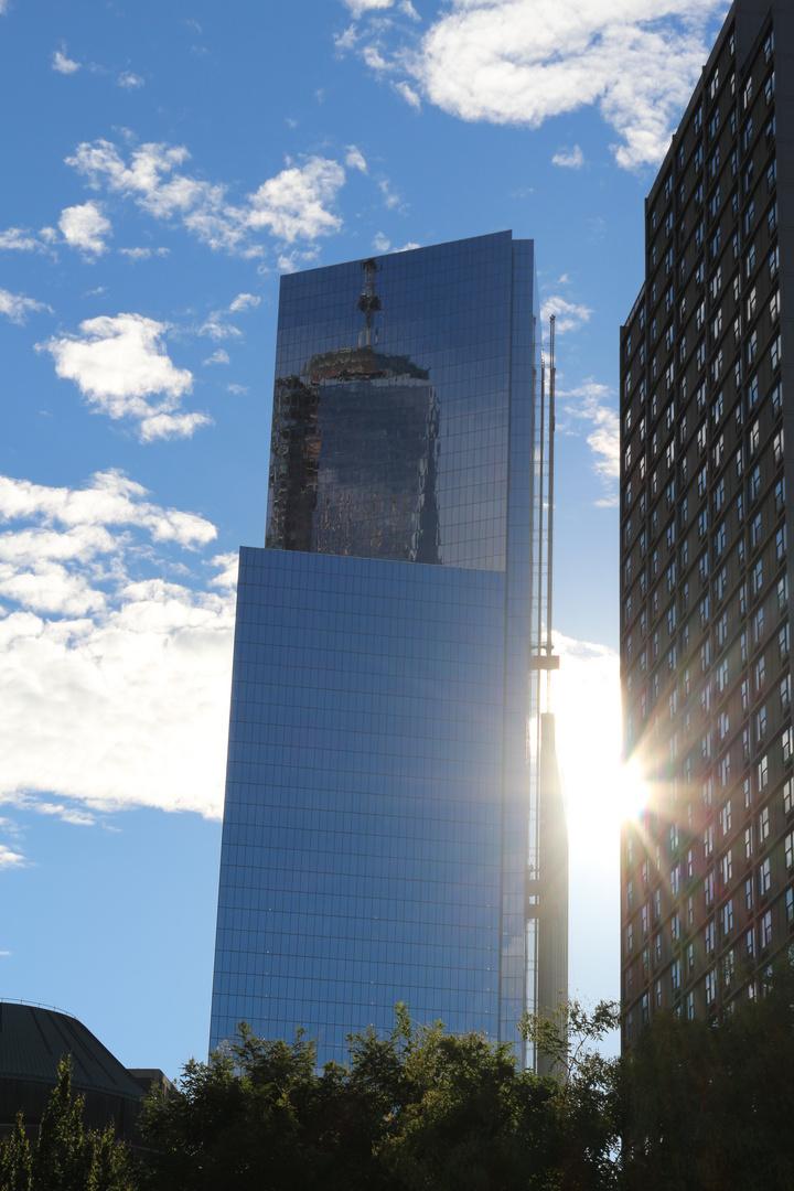Der Freedom Tower der sich im WTC 4 Spiegelt