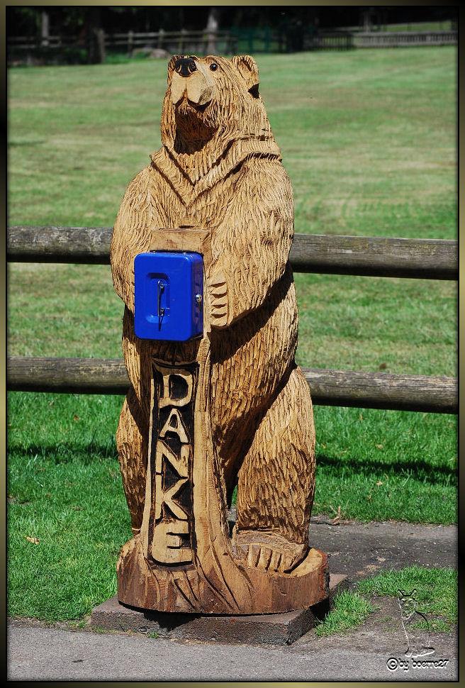 Der freundliche Holzbär aus dem Wildpark sagt................