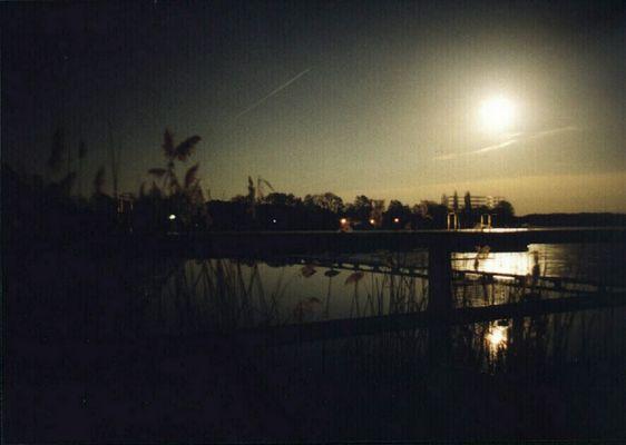 Der Frühling gewinnt, ein See taut im Mondlicht.