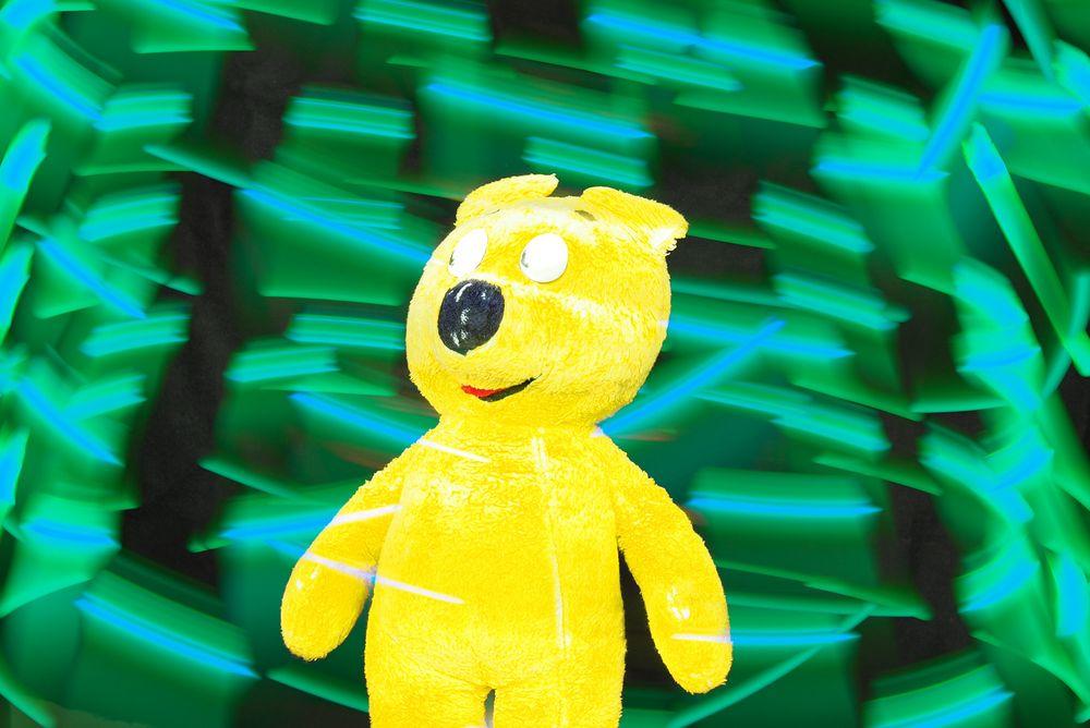 Der gelbe Bär begegnet den fliegenden Lichtern