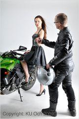 Der Gentleman hilft auf's Bike...!