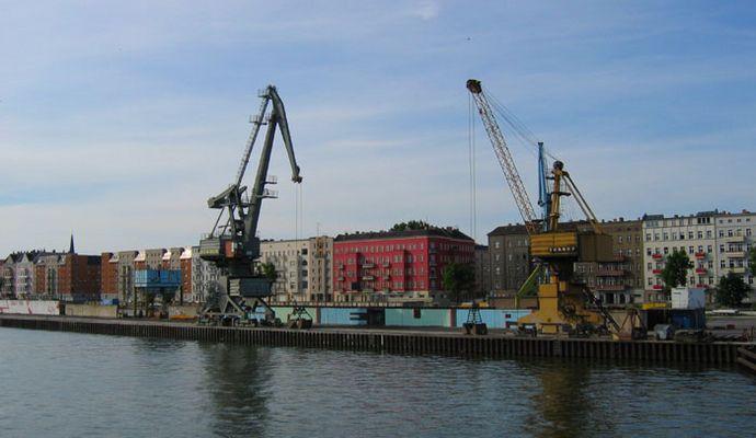 Der Hafen mit Kränen in Berlin, nahe Treptower Park.