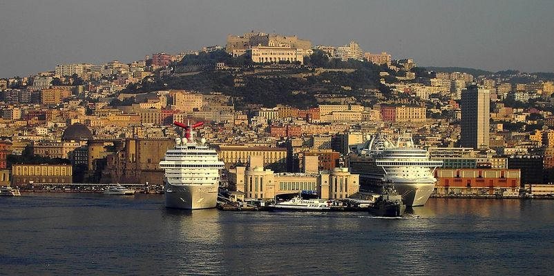 Der Hafen von Neapel am Morgen