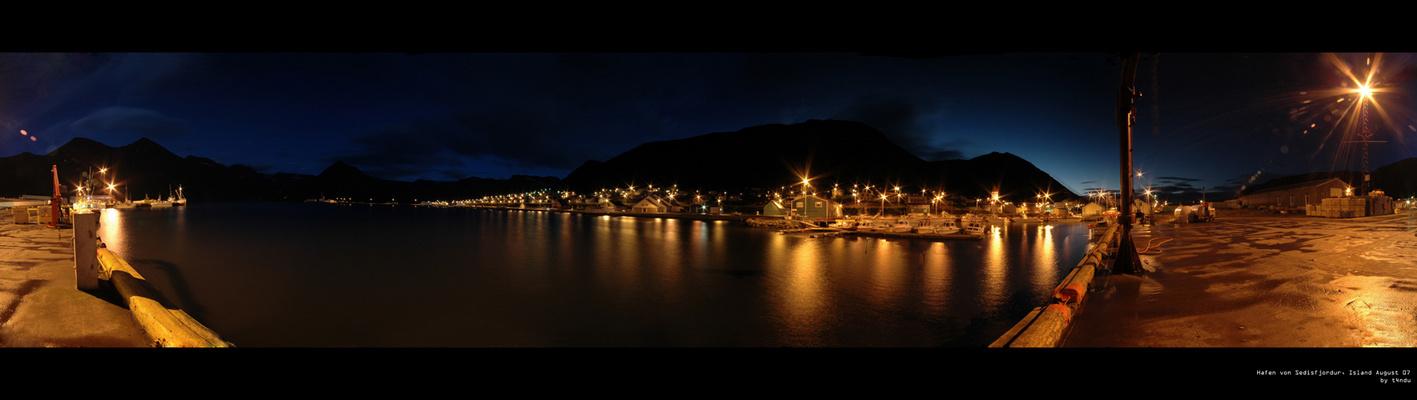 Der Hafen von Sedlisfjordur bei Nacht