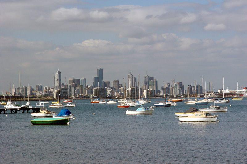 Der Hafen von Williamstown vor der Skyline Melbournes (Australien/Okt 2003)