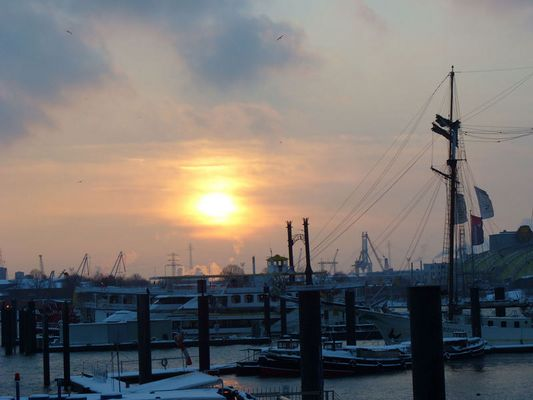 Der Hamburger Hafen im Sonnenuntergang