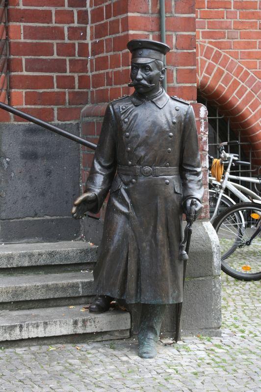 Der Hauptmann von Köpenick vor dem Rathaus