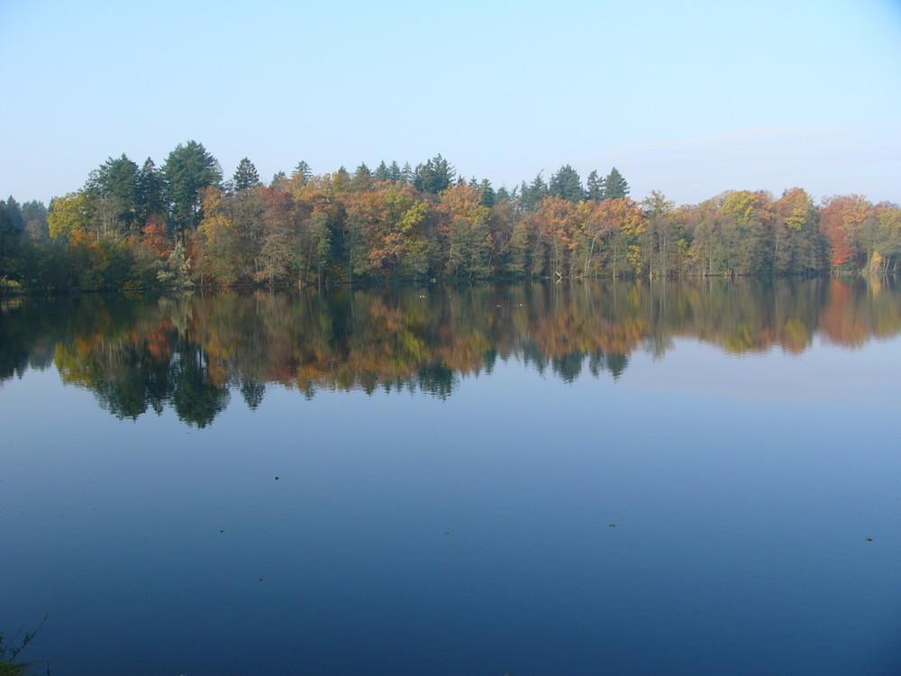 Der Herbst spiegelt sich im See