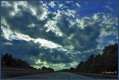 Der Himmel durch die Frontscheibe des Autos gesehen bei der Fahrt nach Hause