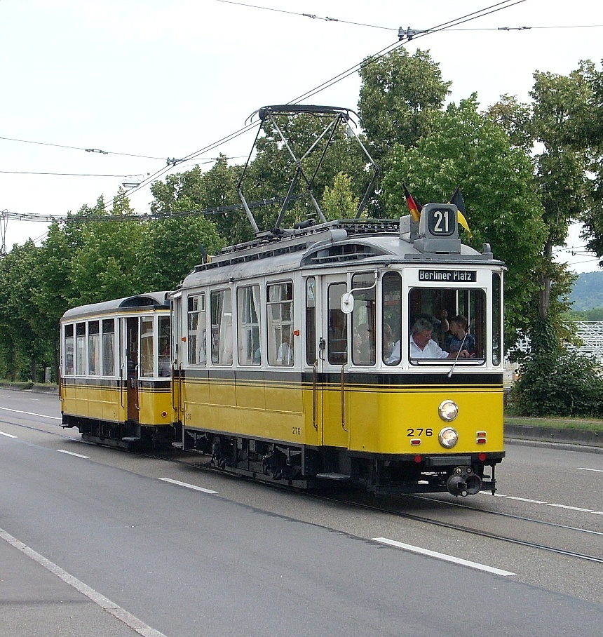 Der historische Zug 276 + 1241 aus Stuttgart...