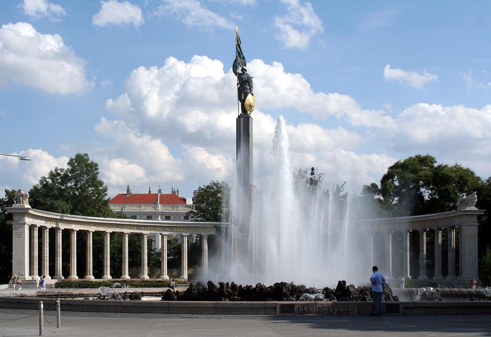 Der Hochstrahlbrunnen und das Heldendenkmal der Roten Armee