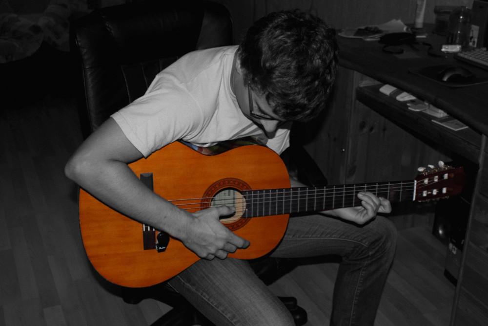 Der Junge mit der Gitarre.
