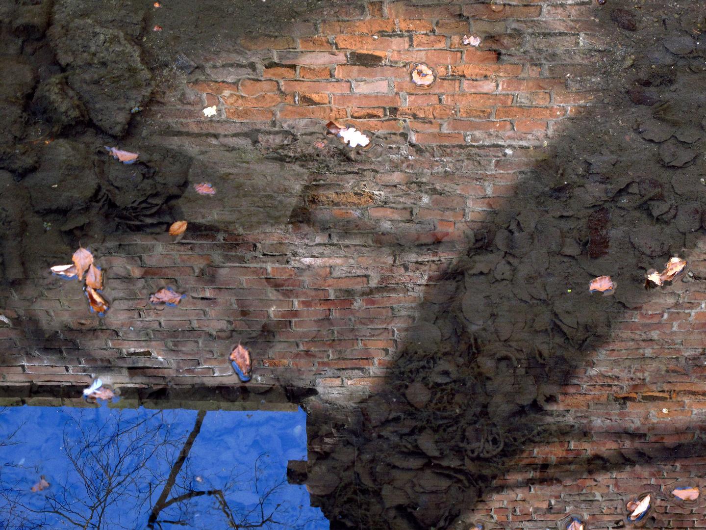 Der kleine Bach an der Burgmauer
