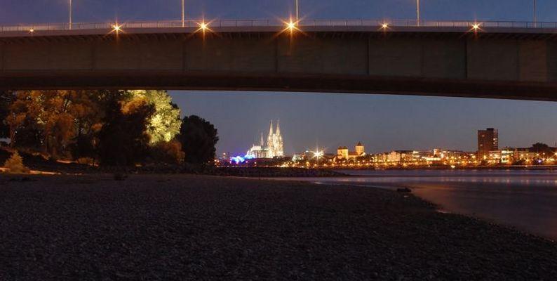 Der Koelner Dom und die Promenade