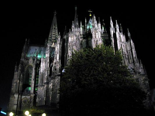 Der Kölner Dom von hinten bei Nacht