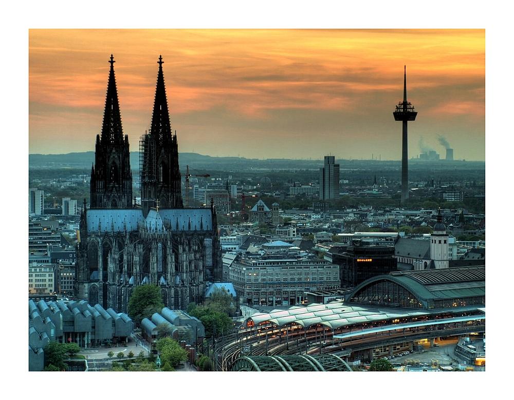 Der Kölner-Riese in der Dämmerung