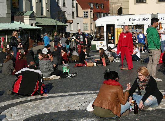 Der König von Augsburg schaut sich auf dem Rathausplatz um